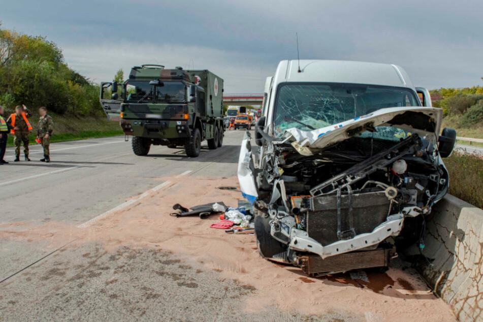 Transporter kracht auf der A4 in Lkw: Sanitäter der Bundeswehr rücken an