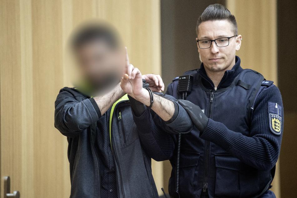 Ein Angeklagter (l.) gestikuliert zum Beginn des Prozesses um die Entführung eines PKK-Aussteigers im Gerichtssaal des Oberlandesgerichts Stuttgart-Stammheim. (Archivbild)