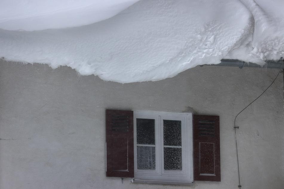 Die aktuellen Schneelasten könnten zu Schäden an den Dächern, schlimmstenfalls sogar zum Einsturz führen. (Symbolbild)