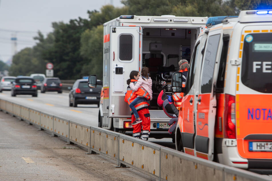 Unfall A7: Unfall auf der A7: Keine Rettungsgasse, Notarzt muss zu verletzten Kindern laufen!