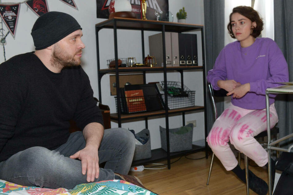 Erik versucht Merle davon zu überzeugen, dass sie sich keine Sorgen um ihn machen muss.
