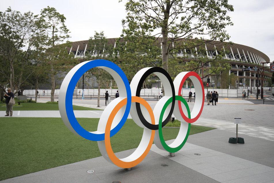 Die Olympischen Ringe vor dem Stadion in Tokio. Die japanischen Behörden suchen nach einem vermissten Gewichtheber. (Symbolbild)