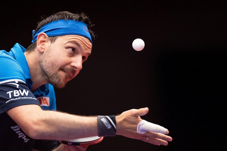 Timo Boll spielt einen Ball.