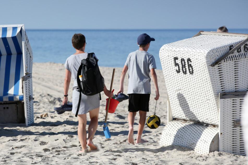 Urlauber suchen am Strand von Sylt einen guten Platz. (Archivbild)