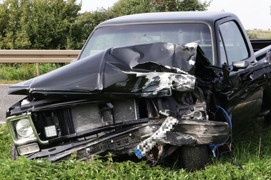Der Pick-up geriet aus noch unbekannter Ursache auf die Gegenfahrbahn und krachte in einen Kleinlaster.