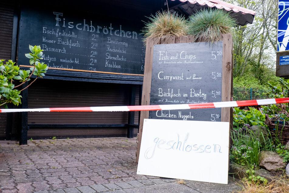 Ein Imbiss, in dem normalerweise Fischbrötchen verkauft werden, war im Mai im Ostsee-Ferienort Laboe bei Kiel wegen der Corona-Pandemie geschlossen.