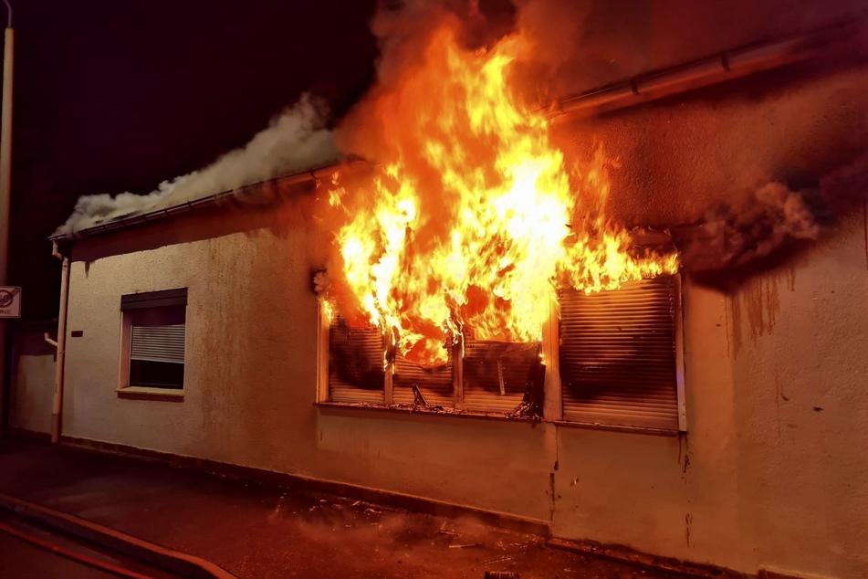 Feuerwehreinsatz in Meerane: Flammen schlagen aus Wohnhaus