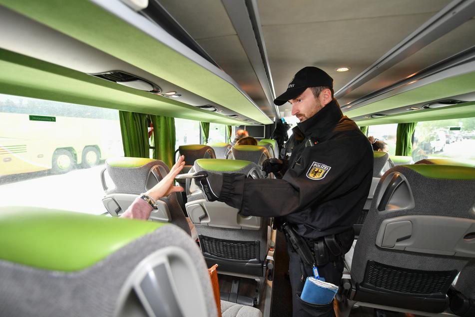 Als Bundespolizisten die Insassen des Reisebusses kontrollierten, flog die Ukrainerin auf. (Symbolbild)