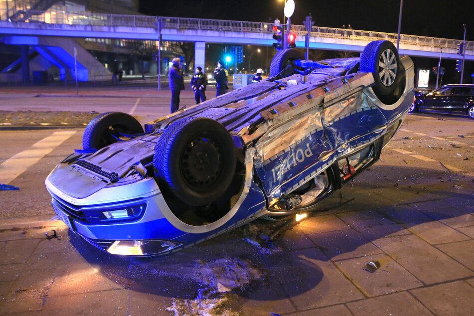 Dramatischer Unfall in Hamburg: Polizeiauto überschlägt sich mehrfach