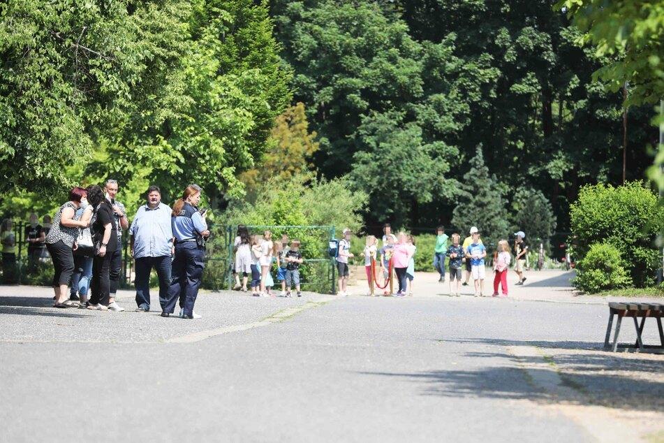 Flucht vor dem brennenden Toilettenpapier: Zahlreiche Schüler mussten zwischenzeitlich das Schulgebäude verlassen und auf dem Schulhof warten.