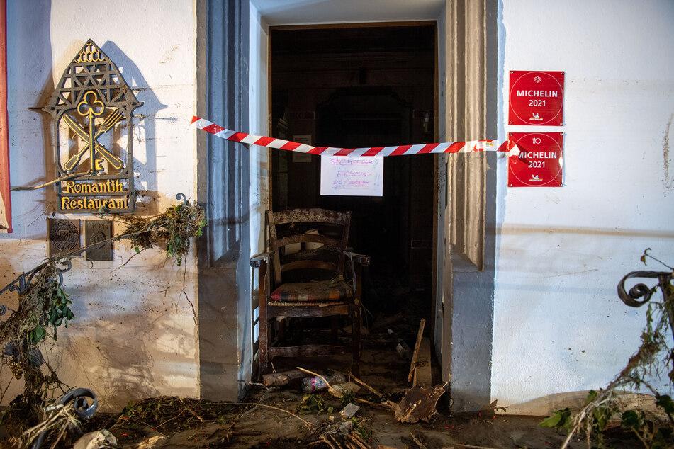 """Rheinland-Pfalz, Bad Neuenahr-Ahrweiler: Im Eingang eines Hotels hängt ein Schild mit der Aufschrift """"Achtung Lebensgefahr""""."""
