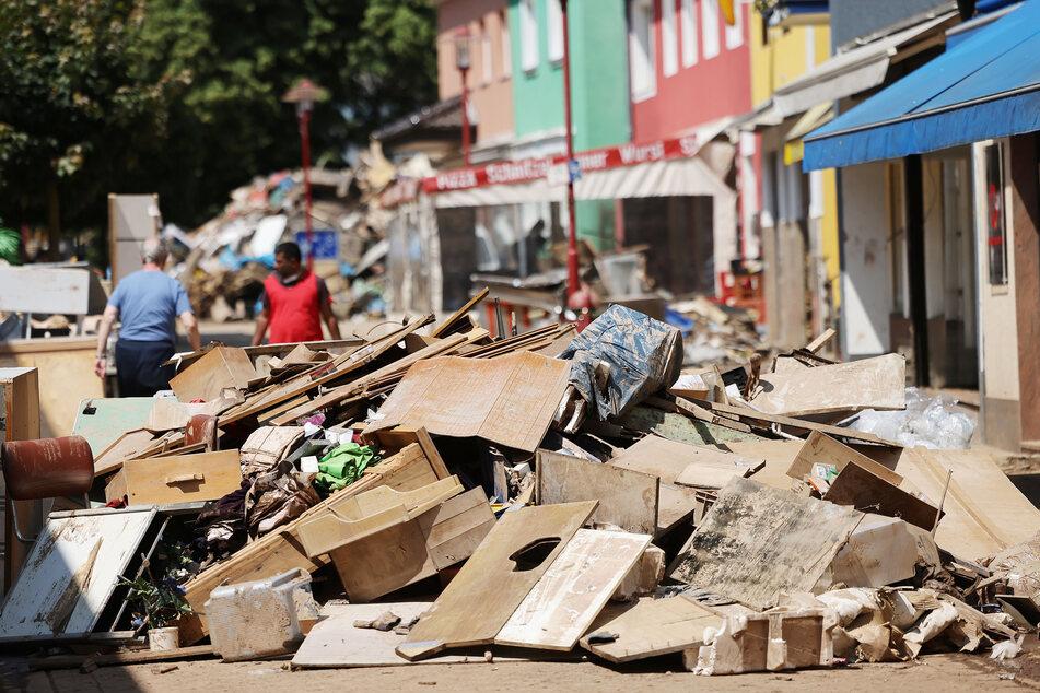 Sperrmüll aus überfluteten Wohnungen liegt in der Fußgängerzone von Gemünd. Das Hochwasser hat erhebliche Schäden an der Infrastruktur in der Eifel angerichtet.