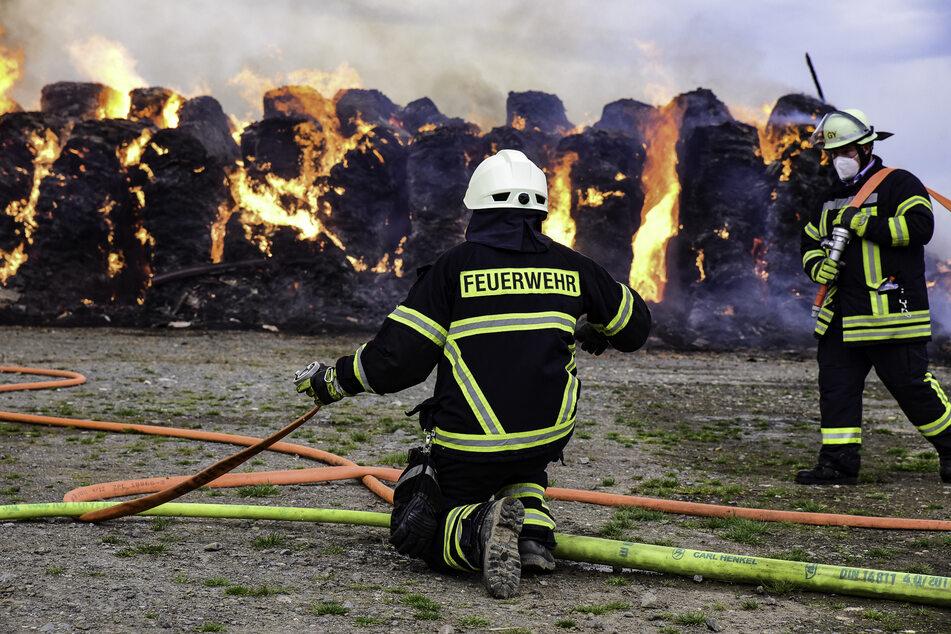 Einsatzkräfte der Feuerwehr mussten den großen Brand löschen. Von der Scheune blieb nichts mehr übrig.