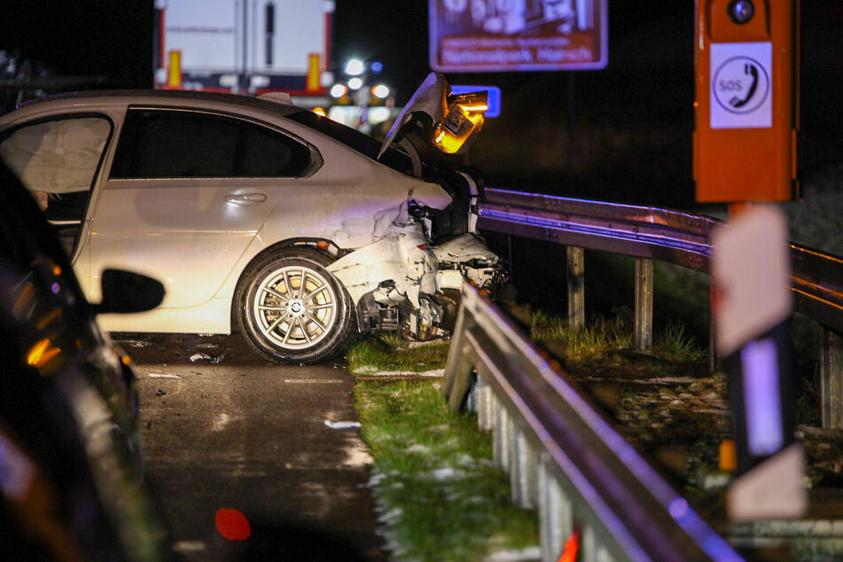Auf der A4 bei Eisenach sind am Samstagabend zwei BMW kollidiert. In der Folge stießen weitere Autos, die der Unfallstelle ausweichen wollten zusammen.