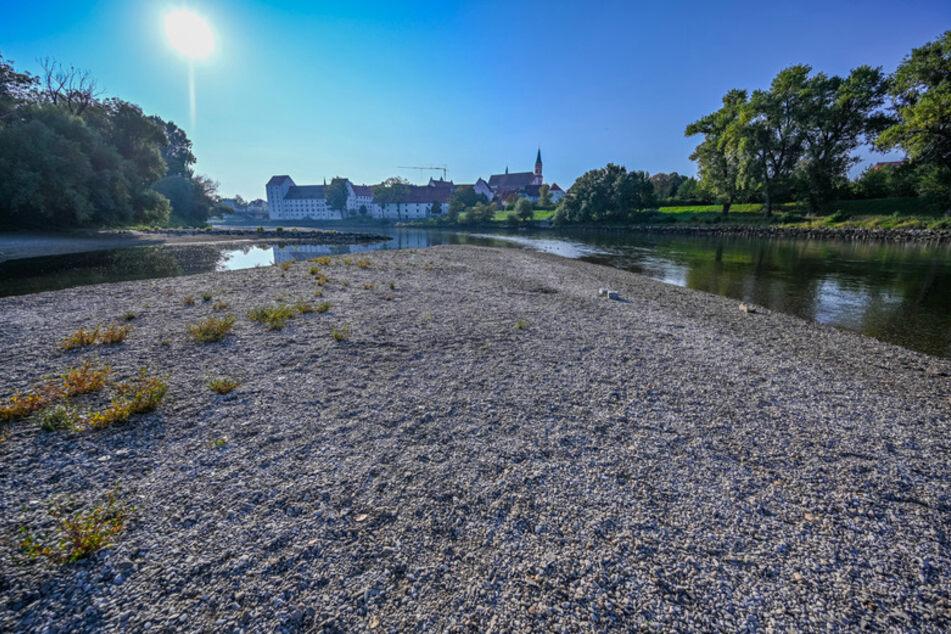 Kies liegt am Ufer der Niedrigwasser führenden Donau bei Straubing im Jahr 2020.