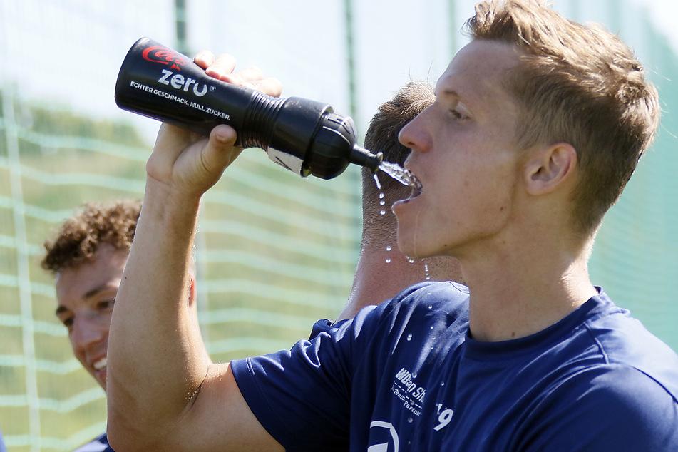 Erfrischung muss sein! Lukas Aigner nach einer kraftraubenden Trainingseinheit.