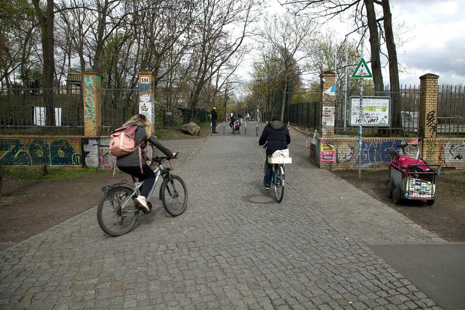 In der Glogauer Straße in Berlin-Kreuzberg wurde ein Radfahrer von einem Auto erfasst. (Archivbild)