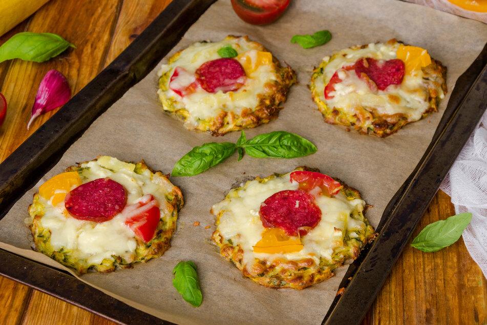Pizza mit Zucchiniboden ist eine leichte Variante des italienischen Klassikers.
