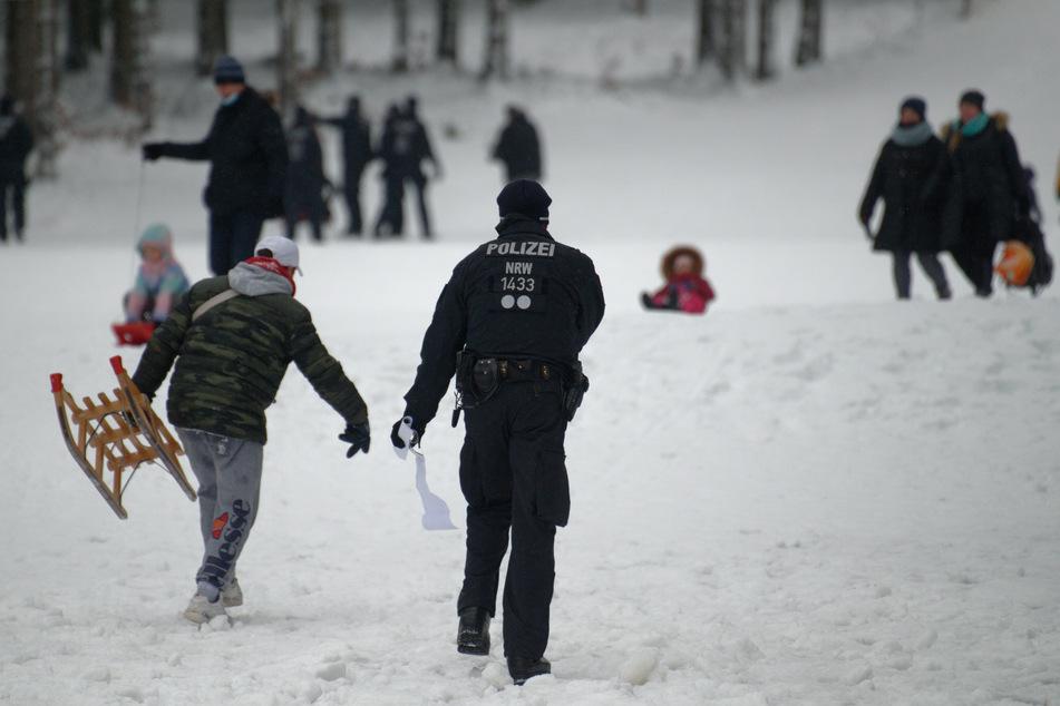 Nach dem großen Andrang in den vergangenen Tagen ist die Polizei in NRW-Wintersportorten im Dauereinsatz.