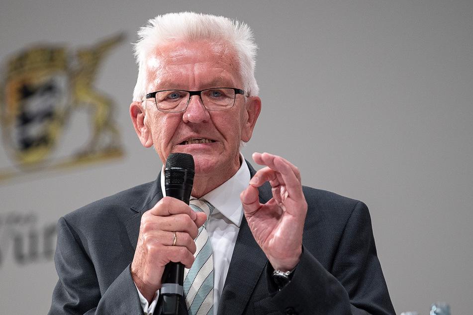 Winfried Kretschmann (Bündnis 90/Die Grünen) ist der Ministerpräsident von Baden-Württemberg.