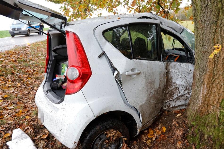 Opel überschlägt sich und prallt gegen Baum: Junge Frau (24) stirbt noch am Unfallort