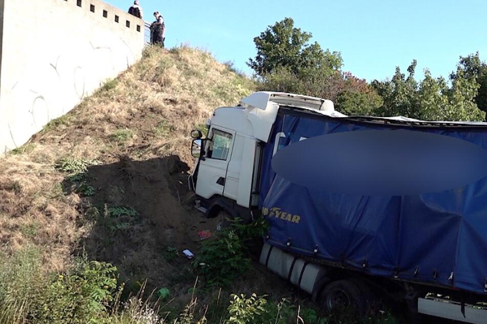 Der Lkw rauschte in eine Böschung.
