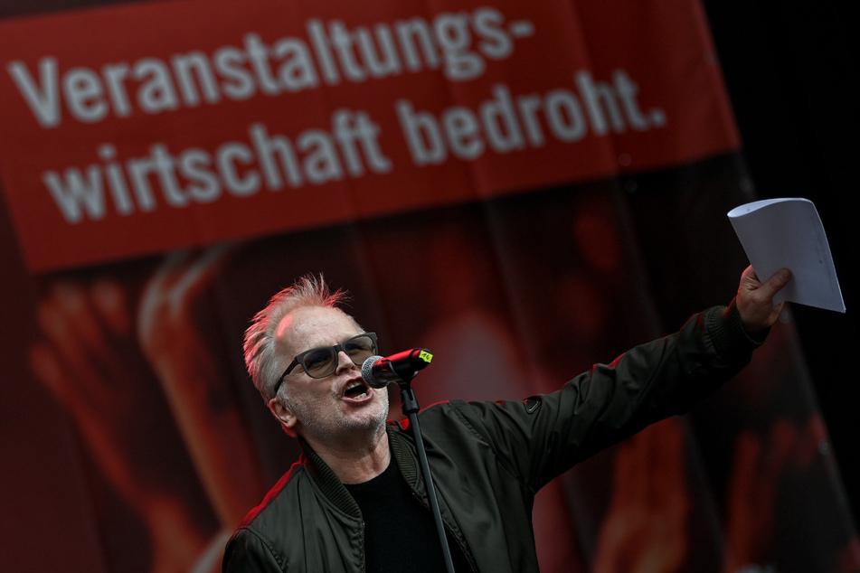 """Der Musiker Herbert Grönemeyer (64) spricht im September bei der Demonstration """"Existenzkrise in der Veranstaltungswirtschaft"""" des Bündnisses #AlarmstufeRot vor dem Brandenburger Tor in Berlin."""