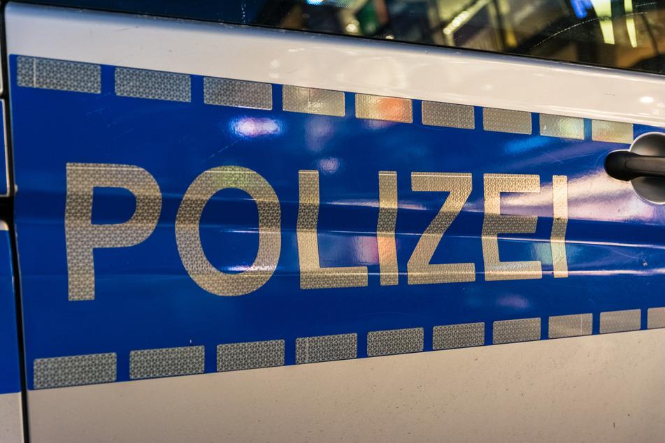 Auf der Autobahn: Typ baut Unfall und flüchtet zu Fuß, Polizei sucht Zeugen
