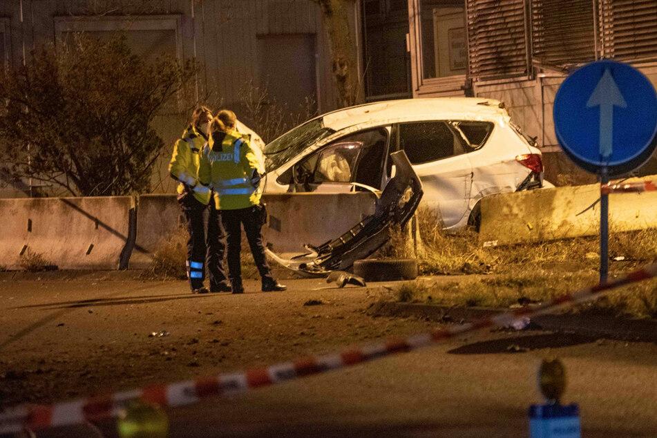 Kölner Polizei will betrunkenen Autofahrer stoppen, der flüchtet und kracht gegen Betonwand