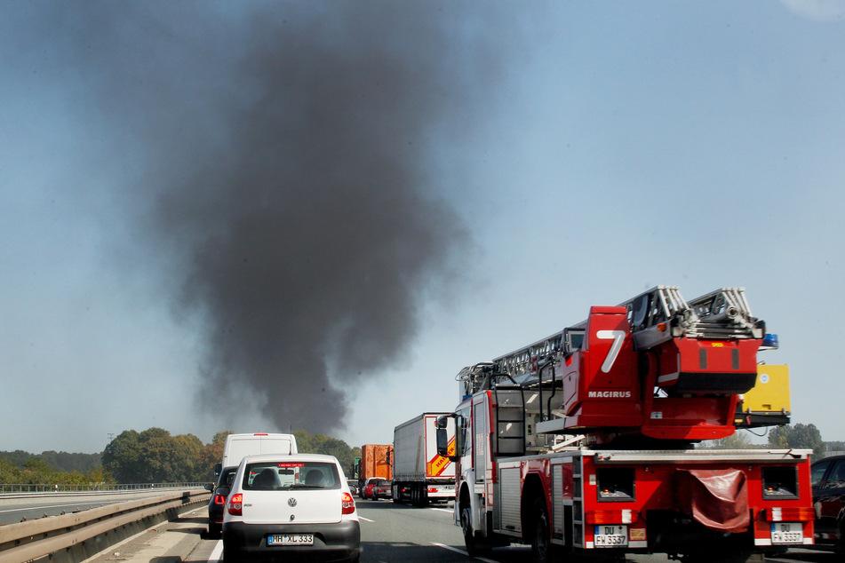 Die Rauchentwicklung der 15 bis 20 Meter hohen Flammen war auch in weiter Ferne zu sehen.