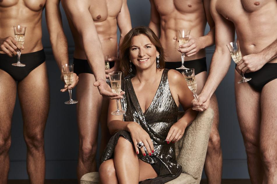 Claudia Obert ist umringt von Waschbrettbauch-Jünglingen, in ihrer Show waren die Männer meist älter.