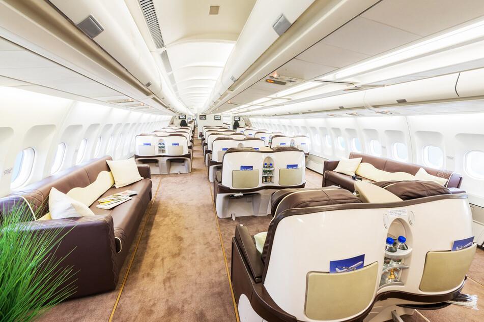 Platz gibt es in dem Flieger nicht nur in der Breite. Die Sitze haben auch hintereinander einen einmaligen Abstand.