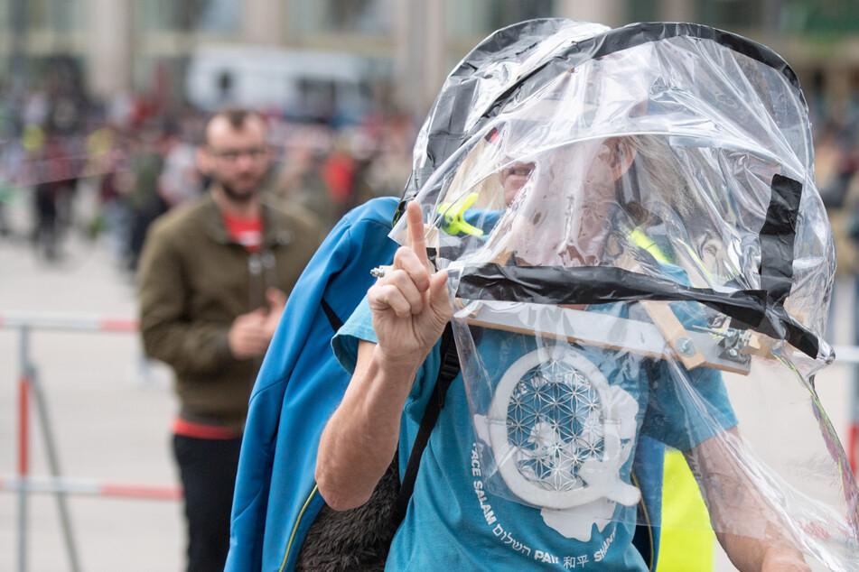 QAnon-Anhänger in Berlin. Greifen die Verschwörungstheoretiker nun doch zum Mund-Nasen-Schutz?