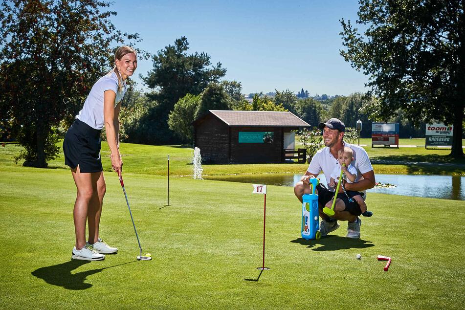 Golf-Profi Marcus Lindner (34, r.) leitet die Golfschule in Ullersdorf. Auch seine Familie teilt die Begeisterung für den Sport.