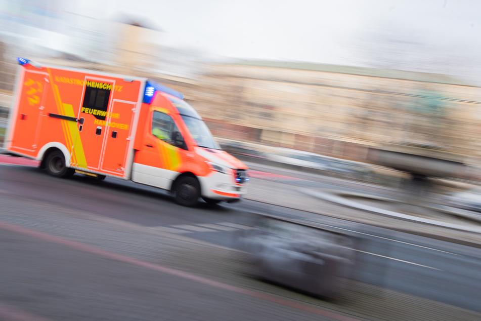 Bei einem Folgeunfall wurden zwei Personen verletzt und in ein Krankenhaus gebracht. (Symbolbild)