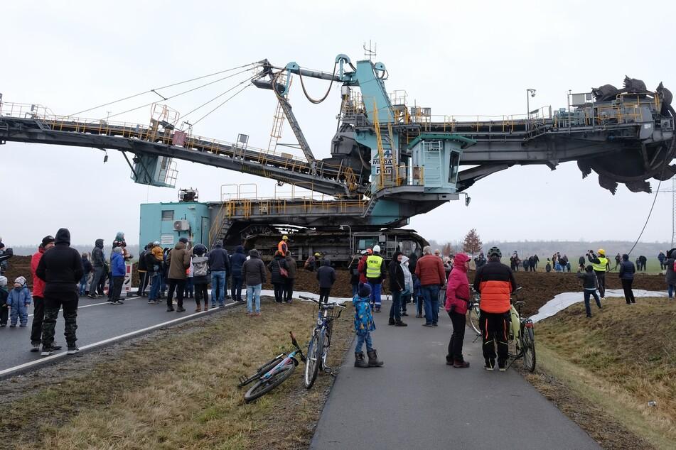 Der 345 Tonnen schwere Schaufelradbagger auf seinem Weg über die B176.
