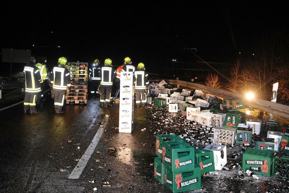 Feuerwehrleute und Polizisten sammelten die verlorene Ladung wieder auf.