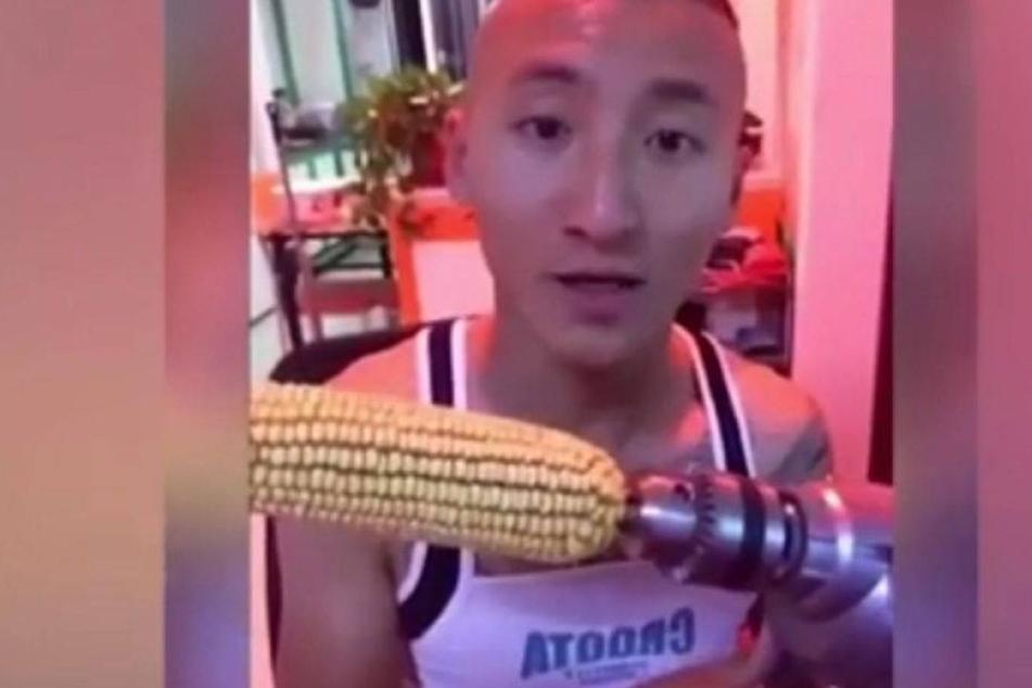 Mann steckt Maiskolben auf Bohrmaschine und bereut es sofort