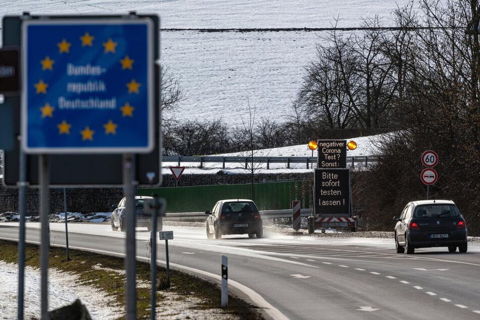 """Hinweisschilder mit der Aufschrift """"negativer Corona-Test? Bitte sofort testen lassen!"""" stehen kurz hinter der deutsch-tschechischen Grenze in Deutschland."""