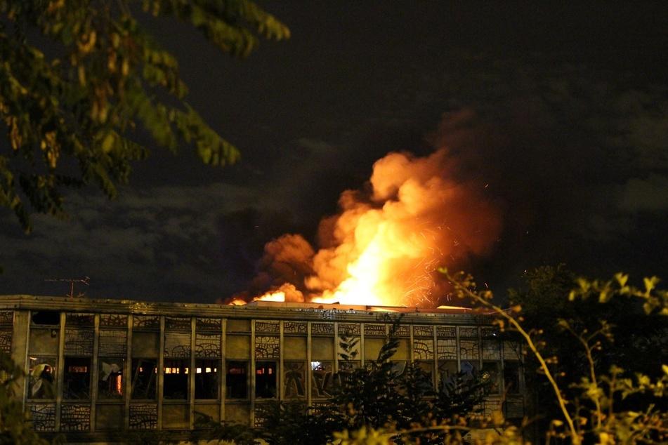 Der Dachstuhl des Gebäudes stand in Flammen.