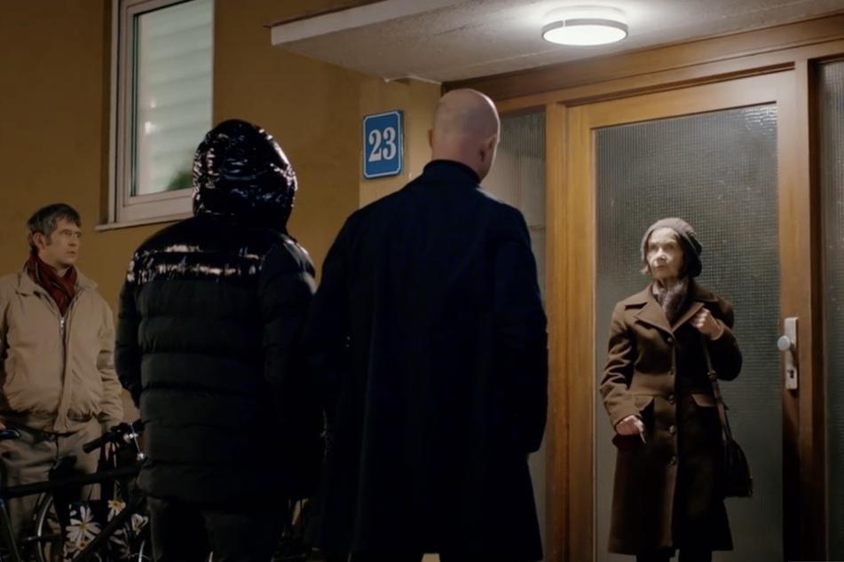 """Bei """"Aktenzeichen XY"""" verkörperten Schauspieler die beiden Betrüger und ihre Opfer: Kurz vor der Haustür passten die beiden Männer das Mutter-Sohn-Gespann ab."""