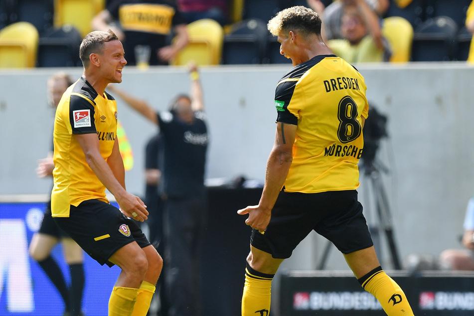 Erst als Chris Löwe (32, l.) zum Jubeln kam, schrie auch Heinz Mörschel seine Freude über sein Tor zum 3:0 heraus.