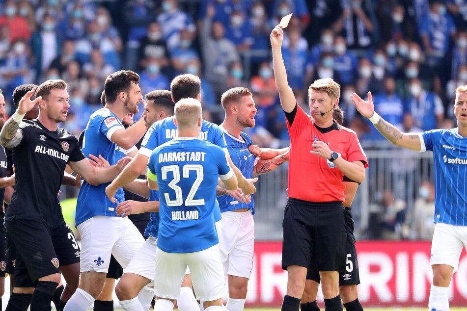 Schiedsrichter Christian Dingert zeigte dem Darmstädter Fabian Schnellhardt (wird verdeckt) die Rote Karte.