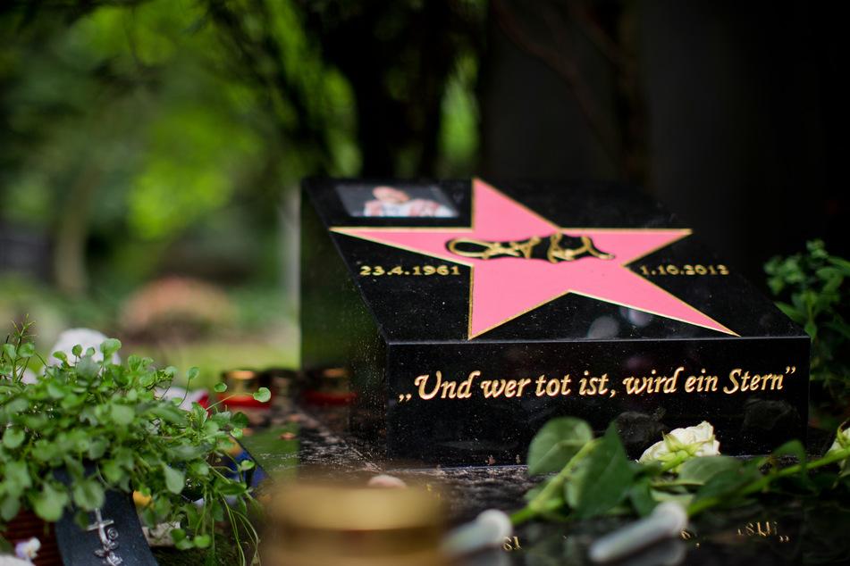 Blick auf das Grab von Dirk Bach (†51). Auch der Schauspieler und Moderator wurde 2012 auf dem Melaten-Friedhof beigesetzt.