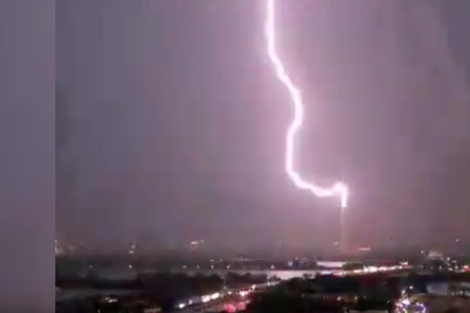 Krasse Aufnahmen: Hier schlagen Blitze in ein Monument ein