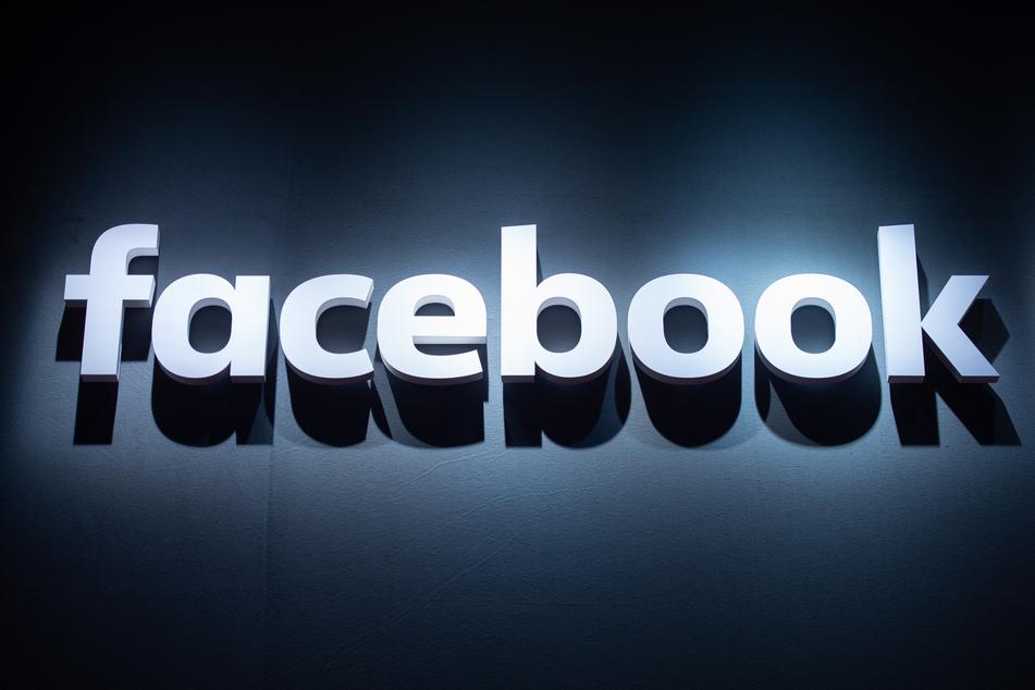 Das Logo von Facebook ist auf einer Videospielmesse abgebildet. (Symbolbild)