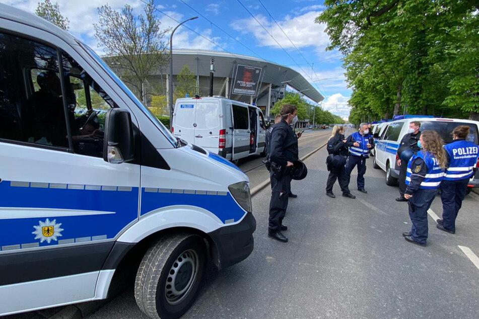 Zahlreiche Polizisten sichern das Gelände rund um die Lennéstraße.
