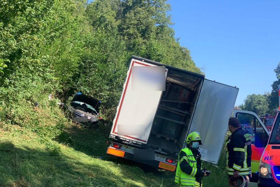 Der Autofahrer musste aus seinem Wrack von der Feuerwehr befreit werden.