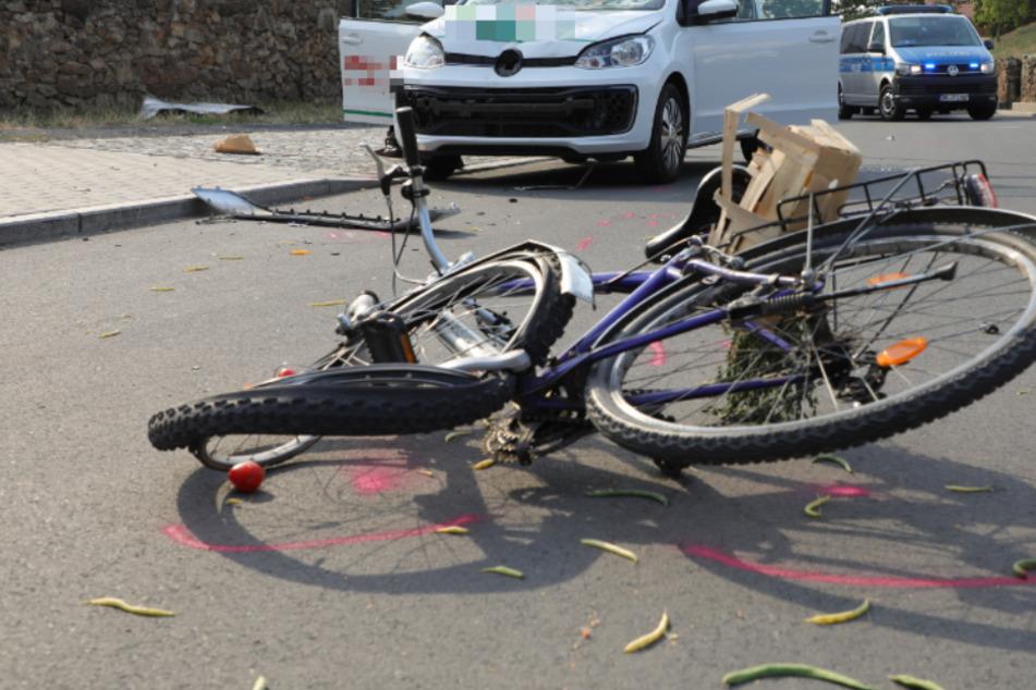 Radfahrer kollidiert mit Volkswagen: Mann stirbt noch an der Unfallstelle