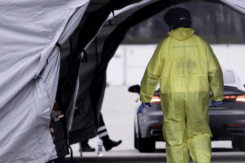 Medizinisches Personal arbeitet in einer neuen Drive-in-Teststation auf der Theresienwiese für Menschen mit Covid-19 Verdacht